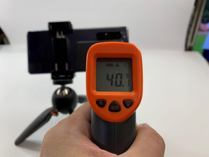 スマ冷えを貼った状態で、4K動画を30分撮影すると40.1℃と、貼らない状態より1℃低かった
