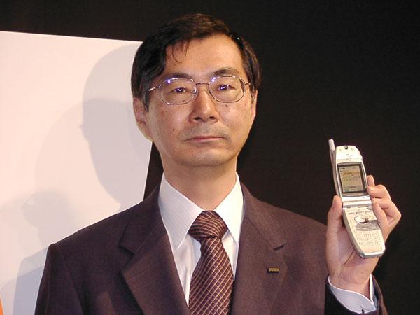 2001年11月の発表会で「三種の神器」を発表した際の小野寺正氏(当時社長、現KDDI相談役)