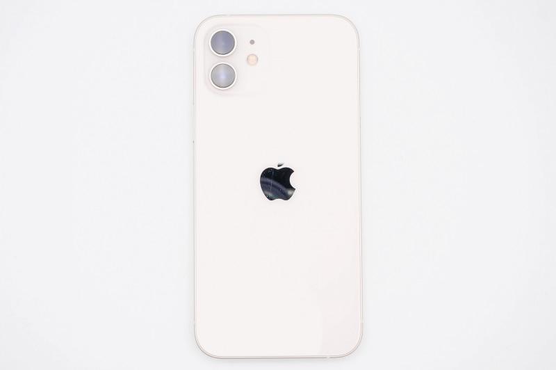 iPhone 12の背面。スタンダードモデルの背面ガラスは光沢仕上げとなっている