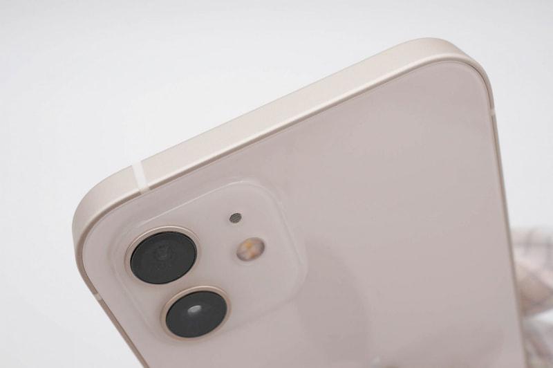 上端はなにもないシンプルなデザイン。側面フレームはつやのないマットな仕上げで指紋などの跡が付きにくい