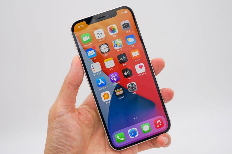 iPhone 12(ホワイト)。iPhone 11 Proなど重たい端末に慣れていると、軽く感じられる重量感