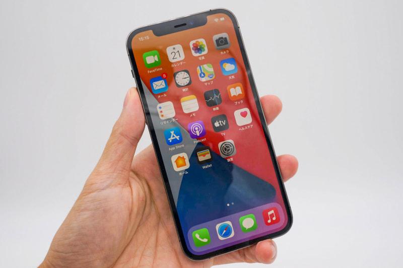 iPhone 12 Pro(グラファイト)。こちらはiPhone 11 Proとほぼ同じ重量感