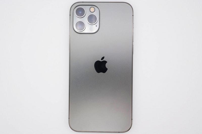 iPhone 12 Proの背面。Proモデルはマット仕上げベースにカメラ部だけ光沢と、スタンダードモデルとは逆になっている
