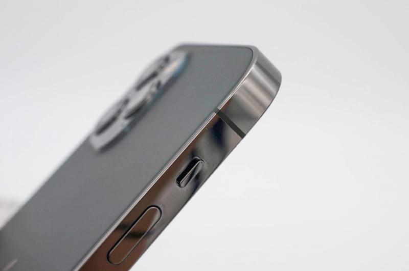 側面フレームの光沢仕上げは遠目でも高級感のあるデザイン。前面の光沢との相性が良く、背面のマットガラスとは互いにアクセントになるイメージ