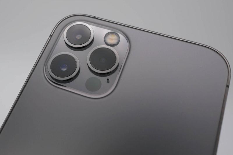 iPhone 12とはカメラ数が違うが、四角い出っ張り部は同じなので、同じケースが使える。右下がLiDARスキャナ