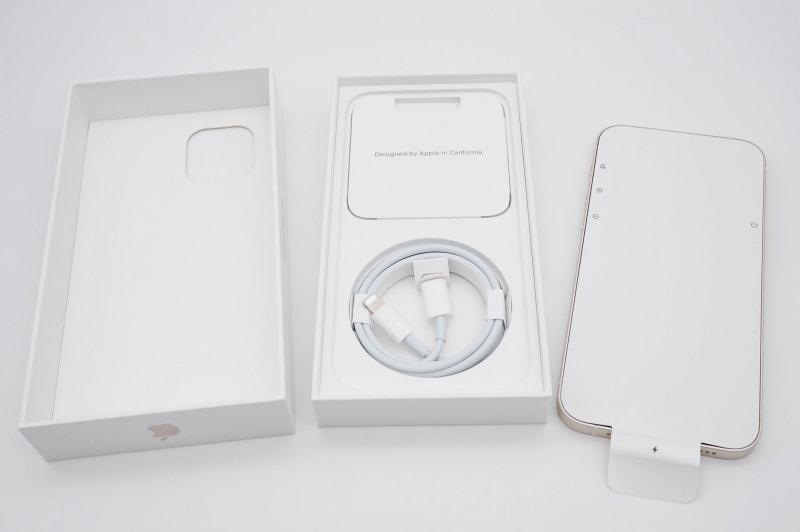 iPhone 12の開封時の写真。出荷時の保護フィルムが非透明のものになり、ディスプレイ側のみになった