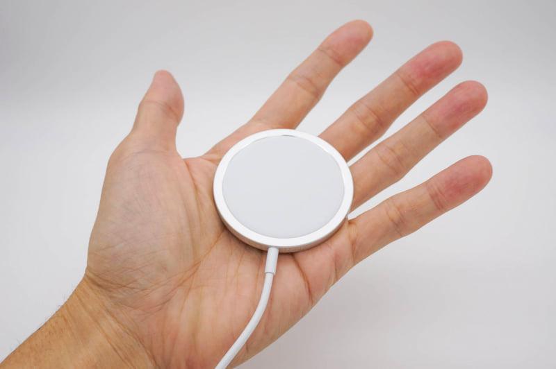 別売りのMagSafe充電器(4500円)。iPhone 12以外のQi対応機器も充電できるが、磁石で張り付かないので位置合わせが難しい