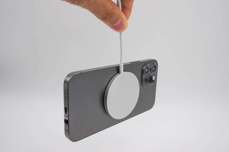 磁石の力は意外と強い。こんな使い方しちゃ駄目だけど、iPhone 12 Proが余裕でぶら下げられるレベル