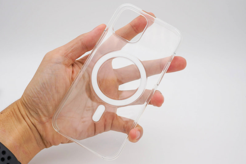 シリコンケースはMagSafeで張り付くための部材があるので、そこだけ透明になっていない