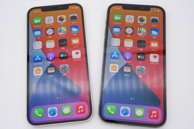 iPhone 12(左)とiPhone 12 Pro(右)。基本的にデザインとカメラしか違いがなく、ディスプレイ品質も同じだ