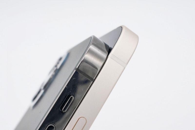iPhone 12 Pro(左)とiPhone 12(右)。まったく同じ形状なのに側面フレームの仕上げが異なるのが面白い