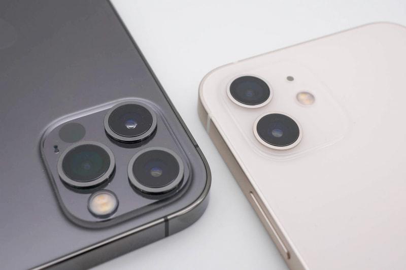 iPhone 12 Pro(左)とiPhone 12(右)。LiDARスキャナと望遠カメラはProモデルのみ搭載される