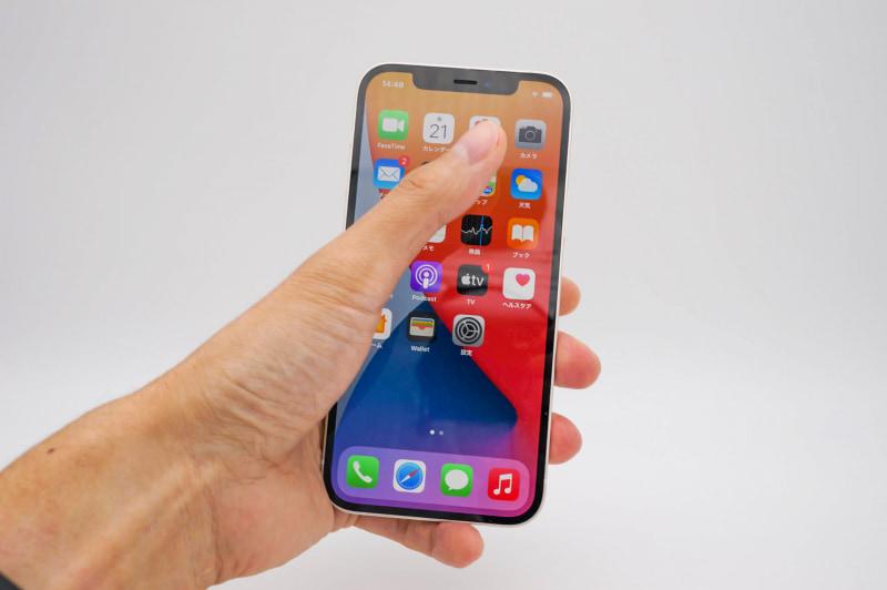 サイズ感はiPhone 11 Proなどとほぼ同等。小指まで使って握ると、指が端まで届かないイメージだ