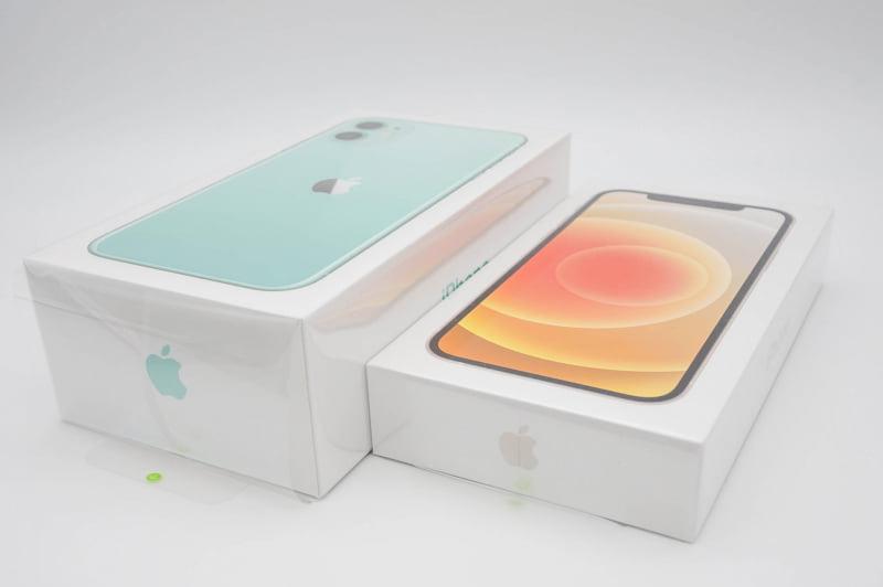 iPhone 11とiPhone 12の箱比較。国によって付属品が異なるので箱のサイズも変わる(従来のiPhoneもそうだった)