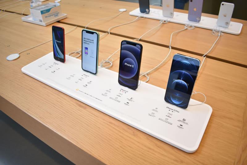 テーブルには、左からiPhone SE(第2世代)とiPhone 11、iPhone 12、iPhone 12 Proがセットで設置されており、比較できる