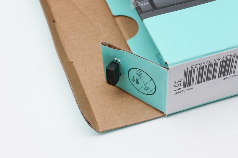 USBレシーバーはマウスの中ではなく箱にはめられている。開封時に紛失しないように