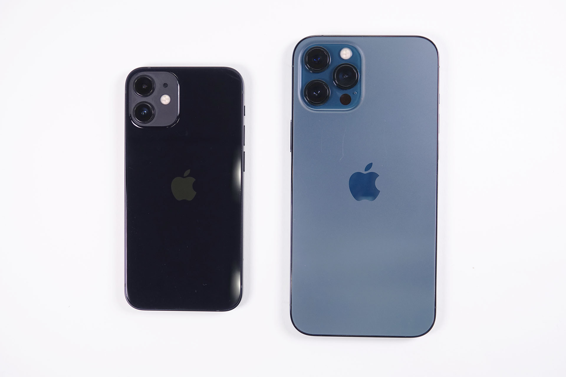 iPhone 12 mini(左)とiPhone 12 Pro(右)