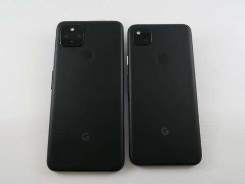 「Pixel 4a(5G)」(左)と「Pixel 4a」(右)の背面。ボディサイズは異なるが、レイアウトは基本的に同じ。背面の仕上がりもほぼ同じ