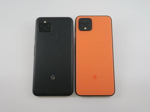 「Pixel 5」(左)と「Pixel 4」(右)の背面。基本的なレイアウトは変わらないが、中央に指紋センサーが搭載された