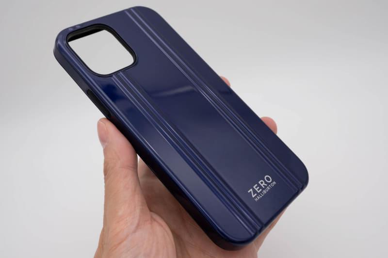 側面はiPhone 12自体と同様、やや直線的な形状になっている