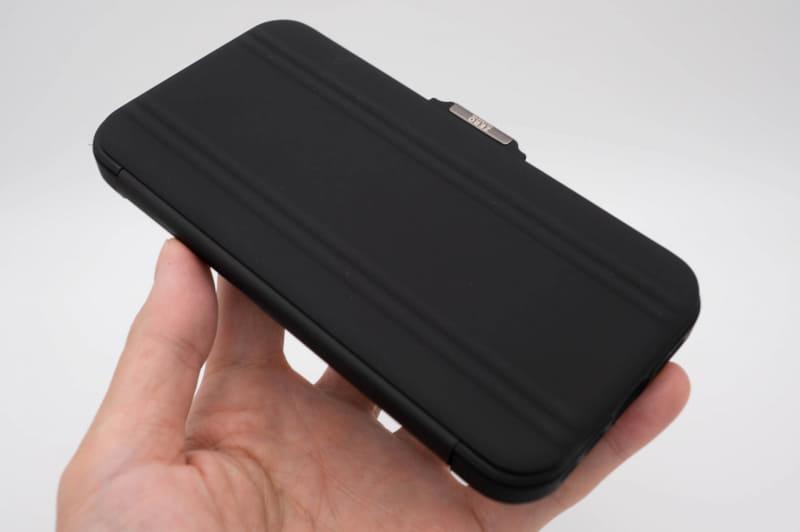 ブラックはゴムっぽい手触りの独特な仕上げ