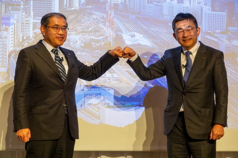 JR東日本代表取締役社長の深澤祐二氏とKDDI代表取締役社長の髙橋誠氏