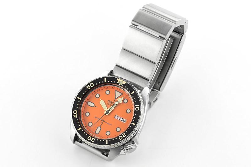 これは初代wena wrist。腕時計ヘッド部に装着することでスマートウォッチ化できる。