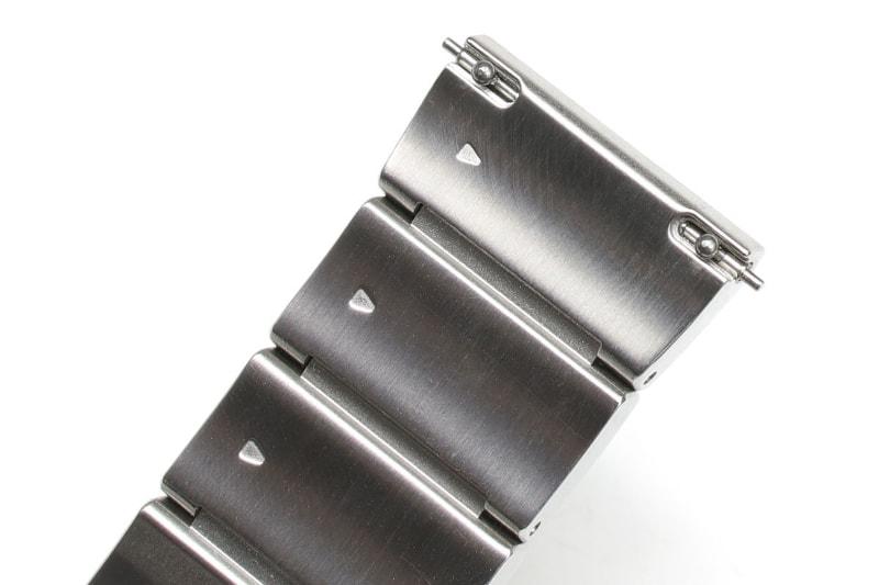 ちなみに、wenaシリーズの金属製バンド(metal)の場合、バンド両端のレバーピンを使って腕時計ヘッド部と脱着する。レバーピンを引いて引っ込めて、腕時計ヘッドに当ててレバーピンを離せば、ピンがヘッドにカチンと差し込まれて固定される仕組み。外す時はその逆の手順。工具不要で、容易に腕時計ヘッド部を頻繁に交換できる。wena 3 metalにもこの機構が採用されている。なお、wena 3 rubberは新機構「エンドピースコネクタ」により、さらに容易なヘッド部脱着が可能になっている。wena 3 leatherはヘッド部交換の頻繁な交換は行いにくい構造だ