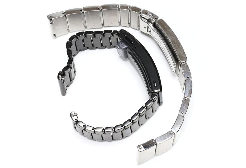 wena wrist proは全体的にゴツめ。wena 3 metalではバックル部分の厚みと長さがやや増したが、その他の部分が薄く軽くなっている。wena 3 metalには「フツーの腕時計バンドとほとんど同じ」という自然な装着感がある。