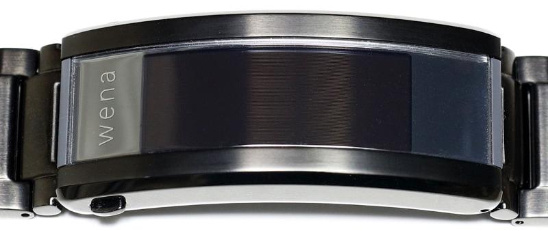 こちらはwena 3 metal。バックル部中央の約12×30mmくらいのエリアがディスプレイで、グレースケール表示の有機ELディスプレイだ。ディスプレイ右側には通知用のフルカラーLEDも埋め込まれている。
