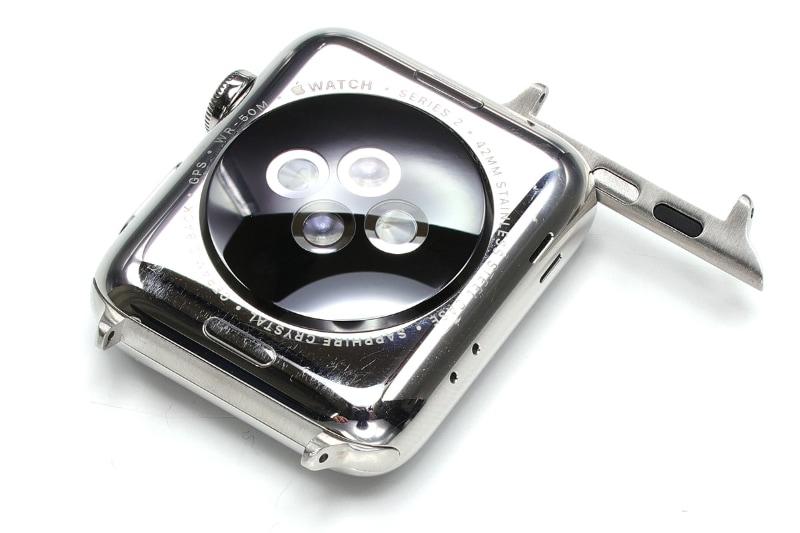 変換アダプターを使うと、Apple Watchに一般的な腕時計バンドを装着できるようになる。