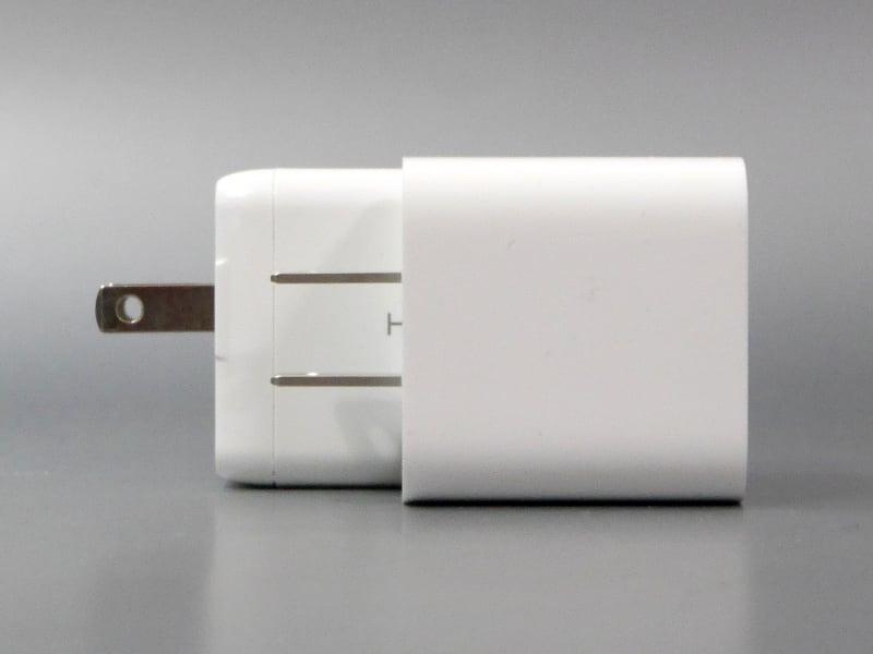そのぶん奥行きはあるが、プラグが折り畳めるため、バッグの中で占める体積はApple USB-Cアダプターとそうは変わらない
