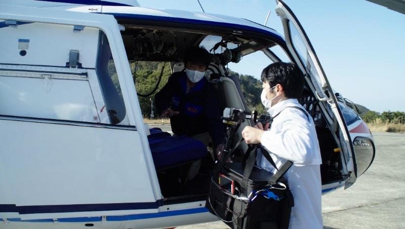 小型携帯電話基地局をヘリコプターに搭載するようす