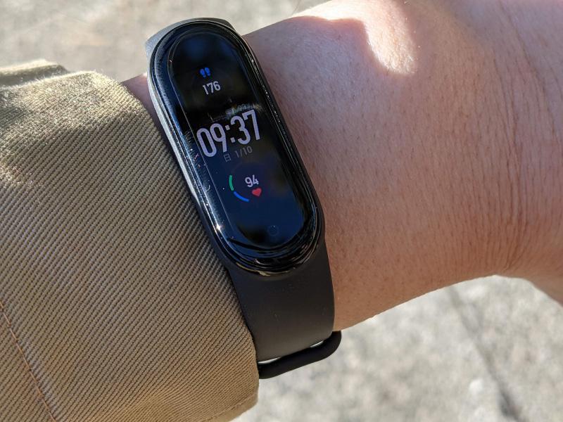 これが「Mi Smartband 5」。1.1インチAMOLEDと表示画面も気持ち大きくなりました