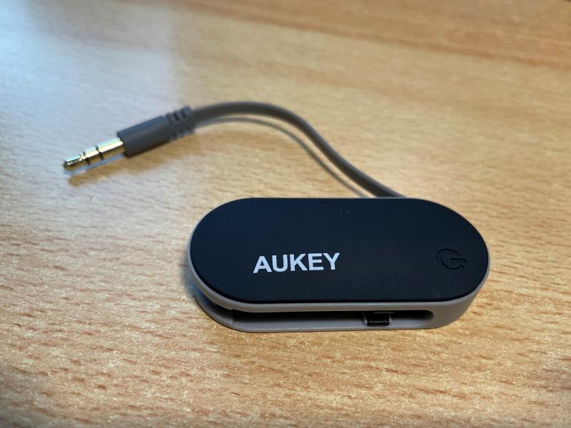 ワイヤレスイヤホンの使い勝手が接続する機器に左右されないよう、Bluetoothトランスミッターを導入。AUKEY製のコンパクトなものでお値段は2000円ほど