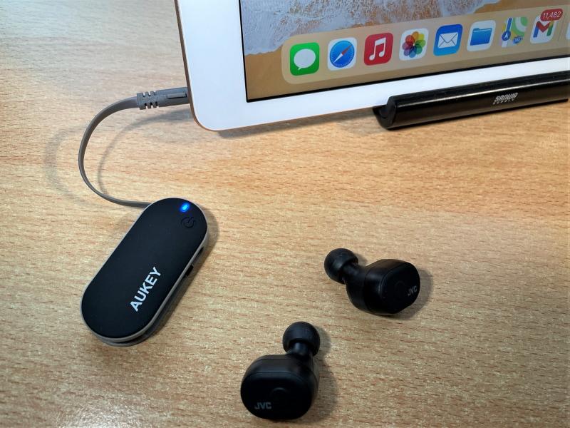 イヤホン端子があれば大抵の機器で、Bluetoothなどの相性を気にせずワイヤレスイヤホンが使えるのがトランスミッターのメリット。もちろんiPadやパソコンでも活用できる