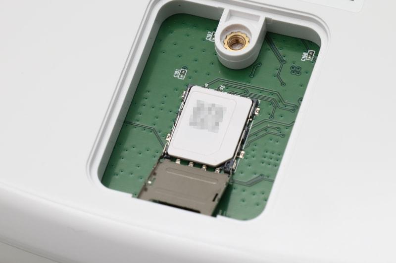 SIMはいまどき珍しいmicroSIM。今はマルチカットのSIMが多いので、microSIMのところで切り離せば大丈夫。後でnanoSIMとしても使える