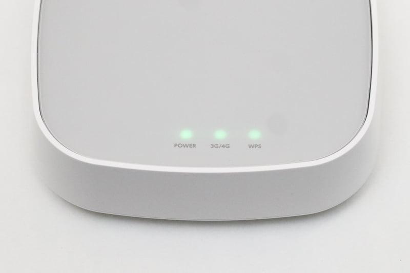 動作中は3つの緑色のLEDが点灯。電波が弱いと中央の「3G/4G」が点滅する。有線LANだけ使う場合には無線LANはオフにでき、その場合は「WPS」のLEDは消灯