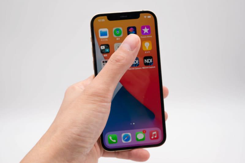 iPhone 12/12 Proは片手でもそこそこ操作できるが、スマホリングが欲しいし、画面の端が遠い