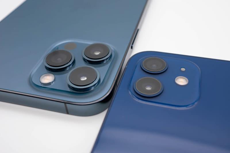 iPhone 12 Pro Max(左)は他モデルよりもカメラ部分がやや大きい。標準広角カメラのセンサーが大きく、望遠カメラの倍率が高いためと思われる
