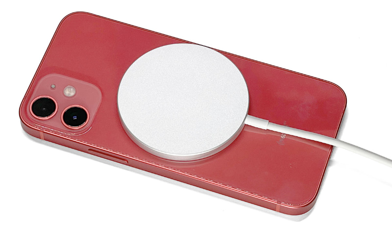 iPhone 12 mini背面にMagSafe充電器を吸着させてQi充電している様子。MagSafe充電器はiPhone 12シリーズ背面の正しい位置に吸着されてズレないので、給電側・受電側のコイルが常に正しい位置関係となり、最適な状態で充電できる
