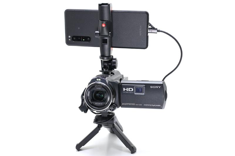 ソニーのデジタルHDビデオカメラレコーダー「HDR-PJ800」とXperia PROをHDMI接続した様子。この状態でビデオカメラの映像をライブ配信することができた。