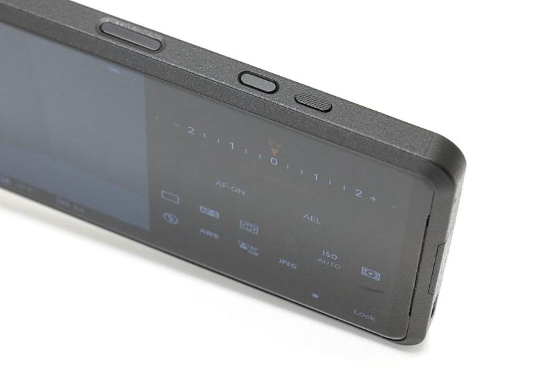 右端のボタンがカメラキー。半押しに対応し、操作感はデジタルカメラと同様だ。電源オフの状態で長押しすることでカメラ機能を起動させられ、手軽に細かなや撮影ができる。
