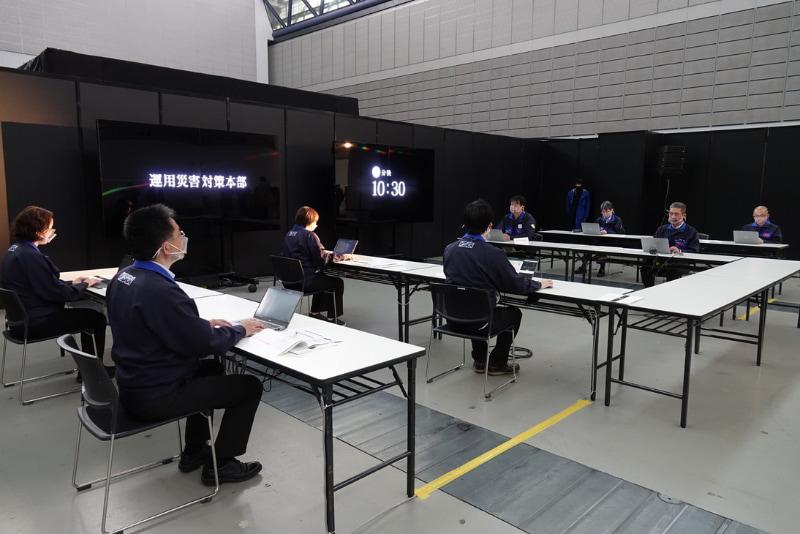 会場に再現された対策本部。実際には東京都新宿区のKDDIビルに立ち上げられるという