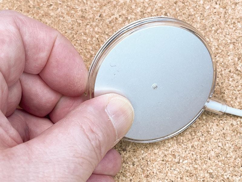 ただし、MagSafe充電器を外す際に、充電器を押し出すための穴がないので、も〜の凄く外しにくい!!! ちなみにカバー裏面の真ん中に見える丸いのは穴ではない。どこからもMagSafe充電器を押し出すことができないので、外すのにかな〜り苦労する。