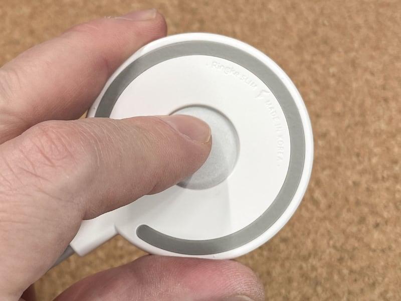 穴があるので、ここからMagSafe充電器を押し出せば外せる。ただし、片手ではちょっと無理で、両手で保護カバーを保持しつつ親指でグイッと押し出す必要がある。そのくらい「キツめでピッタリ」の装着感なのであった。