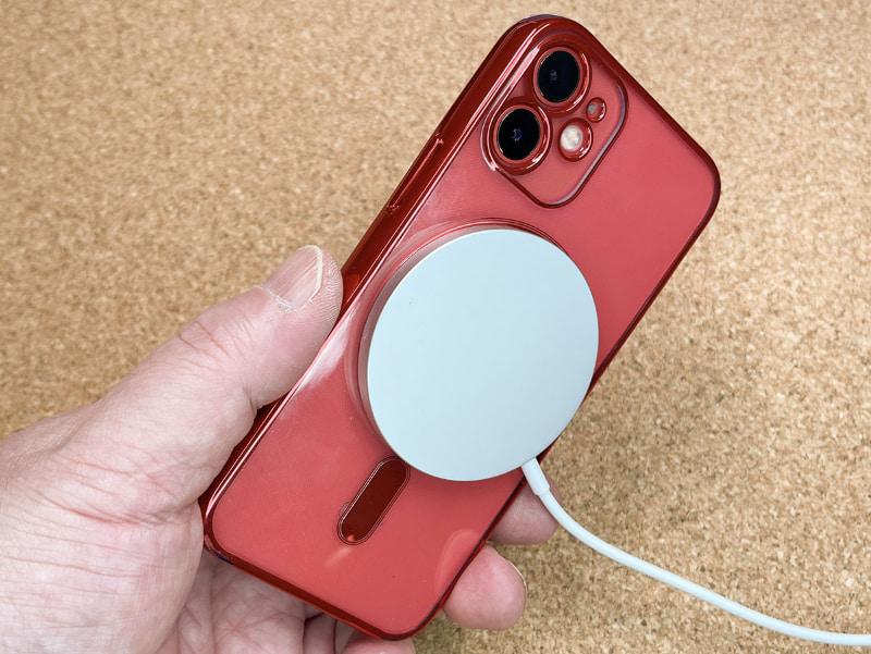MagSafe充電器をiPhoneに吸着すると、片手だけではスムーズに外せない。そのくらい磁力による吸着力が強い。机上でMagSafe充電を行っているiPhoneを持ち上げると、MagSafe充電器がくっついて来ちゃう。これはMagSafe充電器保護カバーを装着していても同じ。
