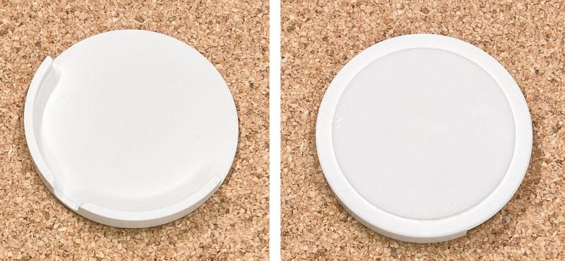 AHASTYLEブランド「MagSafe充電器 壁掛け ホールダー」。表側はMagSafe充電器を掛けられる形状で、裏側には繰り返し使える粘着剤が貼られている。Amazonにて2個セット899円で売られている。