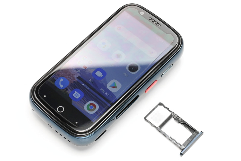 nanoSIMスロット×2を搭載し、DSDS(デュアルSIMデュアルスタンバイ)に対応する。2ndのnanoSIMスロットと排他利用でmicroSDカードを使用可能。本体右側にUSB-Cポートがある。赤いボタンは1回押下/2回押下/長押しでアプリや機能を呼び出せるショートカットボタンで、設定の「Smart Assistant」からカスタマイズできる。