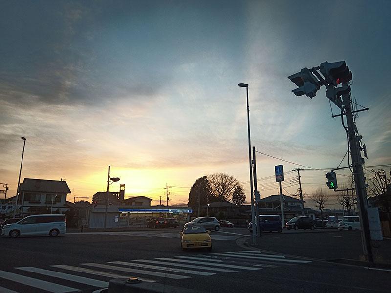 渋滞中に車窓から撮った夕景。アラちょっとイイじゃな〜い。ダイナミックレンジが広めのようで、明暗階調もなかなか豊富だと感じられる。ディテイルはシャープさに欠けるように見えるが、たぶん光量不足も影響しているものと思われる。